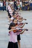 Gli allievi cinesi giocano il violino Immagine Stock