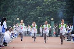 Gli allievi cinesi sono corsa di relè Fotografia Stock