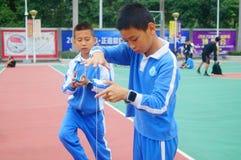 Gli allievi cinesi stanno giocando il yo-yo Fotografie Stock Libere da Diritti