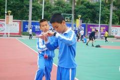 Gli allievi cinesi stanno giocando il yo-yo Fotografie Stock