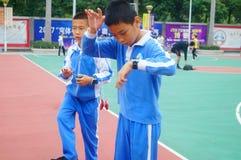 Gli allievi cinesi stanno giocando il yo-yo Fotografia Stock