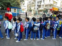 Gli allievi cinesi svolgono le attività fuori della scuola e sono sul modo Immagine Stock Libera da Diritti