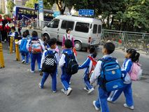 Gli allievi cinesi svolgono le attività fuori della scuola e sono sul modo Fotografie Stock Libere da Diritti