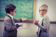 Gli allievi si sono agghindati come insegnanti che discutono in un'aula Immagine Stock Libera da Diritti