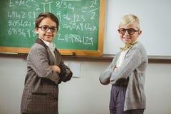 Gli allievi sorridenti si sono agghindati come insegnanti in un'aula Immagini Stock Libere da Diritti