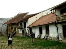 Gli alloggi dentro Honigberg (Harman) hanno fortificato la chiesa, Saxon, Romania, Transilvania Immagine Stock