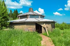 Gli alloggi unici si mescolano dentro con la natura Alloggio di Eco Fotografia Stock