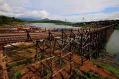 Gli allungamenti del ponte di legno attraverso il fiume Fotografia Stock Libera da Diritti