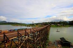 Gli allungamenti del ponte di legno attraverso il fiume Immagini Stock Libere da Diritti