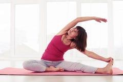 Gli allungamenti femminili equilibrati ad una in una caviglia diretta a mezza posano Fotografia Stock
