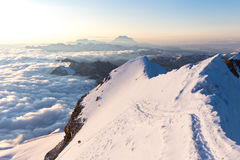Gli alpinisti che scalano i picchi di montagne della cresta si appanna Huayna Potosi Immagini Stock Libere da Diritti
