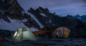 Gli alpinisti si accampa in montagne scoscese molto alte accanto al ghiacciaio Immagine Stock