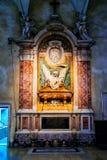 Gli altari laterali nella chiesa di San Pietro in Vincoli a Roma Immagini Stock