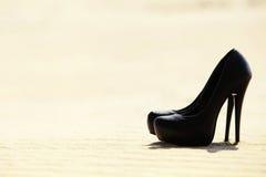 Gli alti talloni delle donne di colore sono nella sabbia Fotografie Stock Libere da Diritti
