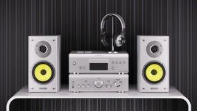 Gli altoparlanti ad alta fedeltà da tavolino, l'amplificatore stereo e le cuffie sono silv Fotografia Stock