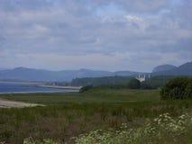 Gli altopiani scozzesi tipici abbelliscono con il castello e le montagne Immagini Stock Libere da Diritti