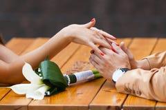 Gli amanti coppia tenersi per mano Fotografia Stock Libera da Diritti