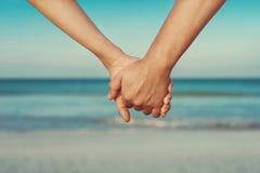 Gli amanti coppia tenersi per mano Fotografie Stock Libere da Diritti