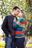 Gli amanti equipaggiano e donna in primavera Immagine Stock