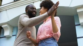 Gli amanti felici accoppiano tenersi per mano ed abbracciare durante la data, la prossimità dei soulmates video d archivio