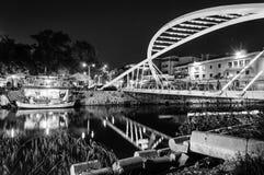 Gli amanti gettano un ponte su nella notte Immagini Stock