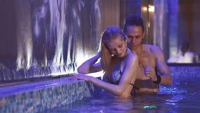 Gli amanti nuotano nello stagno in un bello interno archivi video