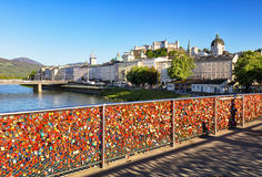 Gli amanti padlocks su un corrimano del ponte a Salisburgo, Austria Immagini Stock