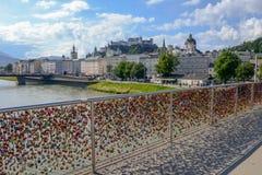 Gli amanti padlocks sul ponte del piede a Salisburgo, Austria Fotografie Stock Libere da Diritti