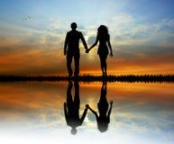 Gli amanti profilano al tramonto illustrazione vettoriale