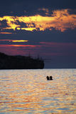 Gli amanti si inzuppano nel tramonto Fotografie Stock Libere da Diritti