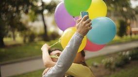 Gli amanti si sono fotografati con i palloni archivi video