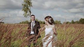 Gli amanti vanno ad un bello campo La ragazza tira il tipo dopo lui archivi video