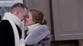 Gli amanti vestiti in vestiti caldi sono premuti e se esaminano Comunicano e sorridono Sono allegri ed in un buon MOO archivi video