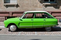 Gli ami verdi 8 di Citroen hanno parcheggiato nella via Fotografia Stock