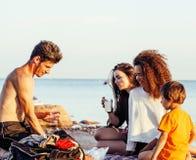 Gli amici abbastanza diversi dell'età e di nazione sulla costa di mare divertendosi, concetto della gente di stile di vita sulla  Immagini Stock Libere da Diritti