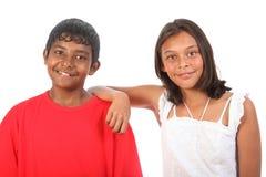 Gli amici adolescenti ragazzo e ragazza si sono distesi in studio Fotografie Stock