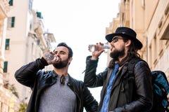 Gli amici assetati stanno avendo una rottura e un'acqua potabile Fotografie Stock Libere da Diritti
