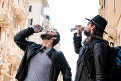 Gli amici assetati stanno avendo una rottura e un'acqua potabile Fotografia Stock