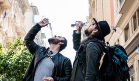 Gli amici assetati stanno avendo una rottura e un'acqua potabile Fotografie Stock
