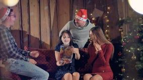 Gli amici danno il regalo perfetto di Natale ad una donna video d archivio