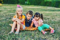 Gli amici dei bambini si divertono sulla passeggiata immagine stock libera da diritti