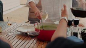 Gli amici e la famiglia cenano sul terrazzo stock footage