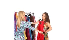 Gli amici esprimono l'un l'altro i pezzi di parere riguardo ai vestiti Immagine Stock Libera da Diritti