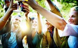 Gli amici fanno festa all'aperto il concetto di felicità della celebrazione Fotografie Stock