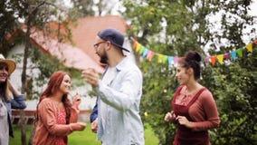 Gli amici felici che ballano all'estate fanno festa in giardino archivi video