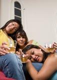 Gli amici felici dicono il formaggio! - Serie della gente Fotografia Stock