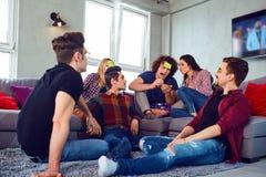 Gli amici giocano nella congettura che è nella stanza fotografia stock