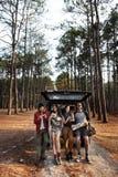 Gli amici hanno parcheggiato l'automobile Forest Concept Fotografia Stock