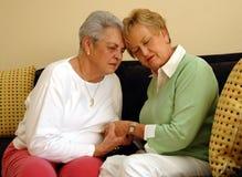 Gli amici maggiori confortano/preghiera Fotografie Stock