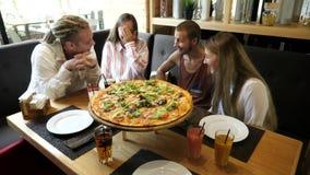 Gli amici passano il tempo in pizzeria video d archivio